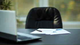 Il posto di lavoro con l'affare diagrams, computer portatile, rapporto finanziario Fotografia Stock Libera da Diritti