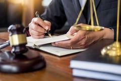 Il posto di lavoro dell'ufficio privato per il consulente una giovane legislazione dell'avvocato con il martelletto e documento s fotografia stock