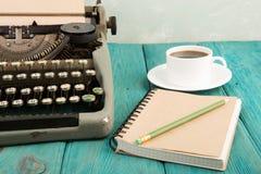 il posto di lavoro dello scrittore - scrittorio di legno con la macchina da scrivere Fotografia Stock Libera da Diritti