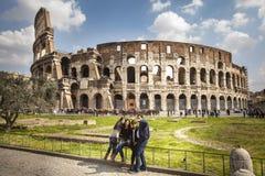 Il posto famoso di Colosseum Giro di camminata Famiglia che fa un Selfie fotografia stock libera da diritti