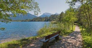 Il posto idilliaco per si rilassa alla riva del lago di barmsee Fotografia Stock