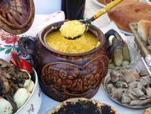 Il POT con il porridge del pisello. Immagini Stock Libere da Diritti