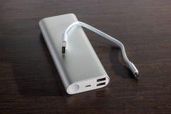 Il potere di alluminio d'argento conta - il fondo di legno scuro Fotografia Stock Libera da Diritti