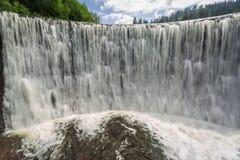 Il potere di una cascata della montagna Fotografia Stock
