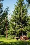 Il pozzo di legno con la gru nel villaggio fotografie stock