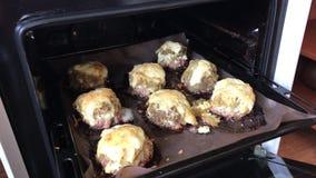 Il pranzo è cotto nel forno Bistecche della carne tritata con le patate, le uova ed il formaggio archivi video