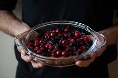 Il preparato della bacca in glas stona nelle mani di un panettiere Immagini Stock Libere da Diritti