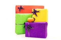 Il presente di festa ha colorato i contenitori di regalo, imballanti il mucchio Natale, concetto del regalo di compleanno del nuo Fotografia Stock