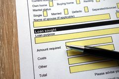 Il prestito ha cercato l'intestazione sulla forma di domanda di credito fotografia stock libera da diritti