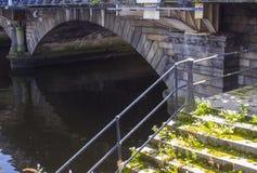 Il primo arco del ponte costruito di pietra della regina Victoria sopra il fiume Lagan a Belfast Irlanda del Nord fotografia stock libera da diritti