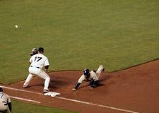 Il primo baseman ottiene pronto a catturare una sfera Fotografia Stock