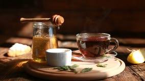 Il primo piano è miele autentico lentamente scorre da un cucchiaio Prima colazione per una persona Cerimonia di tè Primo piano di stock footage