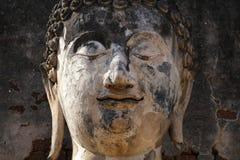 Il primo piano 400 anni di Buddha di pietra antico affronta la statua nella foresta, arte che elabora la scultura Fotografie Stock Libere da Diritti