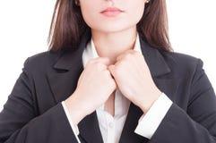 Il primo piano con la donna di affari passa la regolazione del collare della camicia fotografie stock libere da diritti