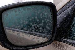 Il primo piano congelato dello specchio di automobile differisce grandi fiocchi di neve Fotografia Stock Libera da Diritti