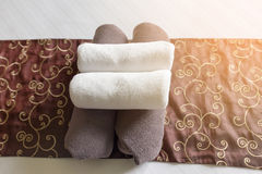 Il primo piano degli asciugamani della camera da letto dell'hotel, asciugamani nella camera di albergo seleziona il fuoco, asciug Fotografia Stock Libera da Diritti