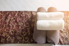 Il primo piano degli asciugamani della camera da letto dell'hotel, asciugamani nella camera di albergo seleziona il fuoco, asciug Fotografie Stock Libere da Diritti