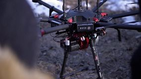 Il primo piano degli uomini ha preparato il quadcopter per il volo clip Due uomini ammirano l'ultima versione di quadcopter con i archivi video