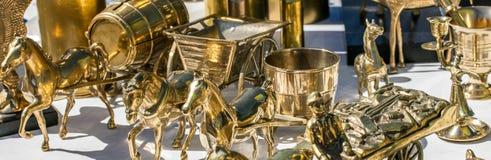 Il primo piano dei cavalli miniatura d'ottone usati ha venduto al mercato delle pulci Immagini Stock Libere da Diritti