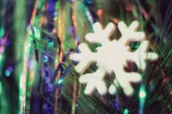 Il primo piano dei mestieri sotto forma di fiocco di neve su un fondo del Natale scintilla Fotografia Stock Libera da Diritti