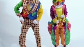 Il primo piano dei pagliacci di salto si è vestito in costumi variopinti e divertenti archivi video