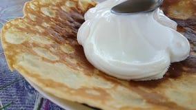 Il primo piano dei pancake, movimento lento ha cucinato l'appetito gastronomico del miele casalingo archivi video