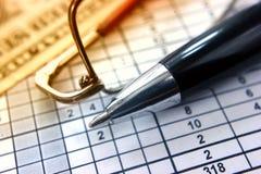 Il primo piano dei soldi di vetro della penna di numero della Tabella, concetto di lavoro analizza le figure bisce di calcoli fotografia stock libera da diritti