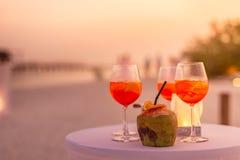 Il primo piano del aperol spritz la bevanda del cocktail, il fuoco selettivo ed i dettagli rinfresco della bevanda alcolica alla  fotografia stock libera da diritti