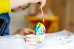 Il primo piano del bambino passa le uova di coloritura per la festa di Pasqua Fotografie Stock Libere da Diritti