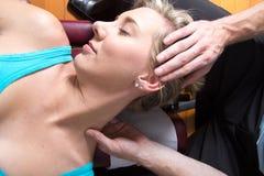 Il primo piano del collo paziente femminile muscles il massaggio fotografia stock