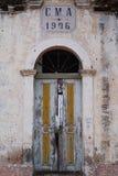 Il primo piano del coloniale Camara Municipal fa la porta di Ambriz fotografie stock libere da diritti