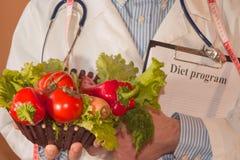 Il primo piano del dietista maschio passa le verdure di misurazione con nastro adesivo Ritratto del dietista maschio With Fresh V immagine stock
