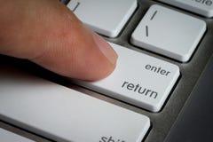 Il primo piano del dito sopra entra digita una tastiera Fotografie Stock Libere da Diritti