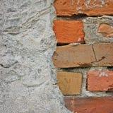 Il primo piano del fondo della parete di pietra dei mattoni rossi, lo stucco rovinato incrinato, verticale ha intonacato il lerci fotografia stock libera da diritti