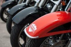 Il primo piano del logo di Jack Daniels sull'allineamento del mototorbike di Harley Davidson ha parcheggiato nella via Fotografie Stock Libere da Diritti