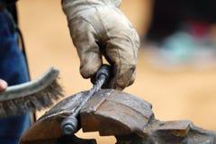 Il primo piano del metallo spazzolato mano del fabbro ha forgiato i prodotti Immagine Stock