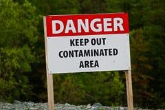 Il primo piano del pericolo tiene dal segno contaminato di area fotografie stock