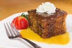 Il primo piano del pudding inglese della caramella completato con vaniglia ha montato la crema Fotografia Stock Libera da Diritti