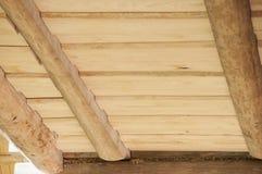 Il primo piano del soffitto delle plance di legno da desidera ardentemente la casa di ceppo Immagine Stock Libera da Diritti