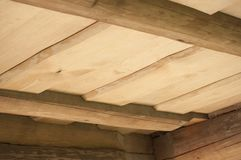 Il primo piano del soffitto delle plance di legno da desidera ardentemente la casa di ceppo Immagini Stock Libere da Diritti