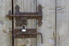 Il primo piano dell'acceso di da vecchio ruvido del sole fatto delle plance di legno alloggia il doo Fotografia Stock