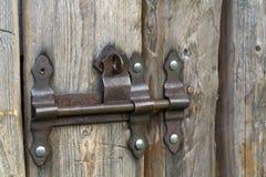 Il primo piano dell'acceso di da vecchio ruvido del sole fatto delle plance di legno alloggia il doo Fotografie Stock