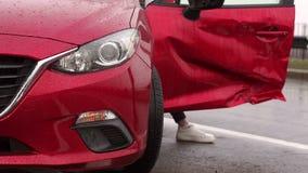 Il primo piano dell'automobile rotta con le luci di segnalazione gialle, la ragazza era in un incidente stradale video d archivio