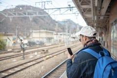 Il primo piano dell'uomo sta leggendo il messaggio di testo fotografia stock libera da diritti