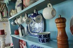 Il primo piano della cucina dettaglia le tazze delle tazze Immagine Stock