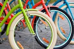 Il primo piano della donna colorata intelligente della città bikes all'aperto Fotografia Stock