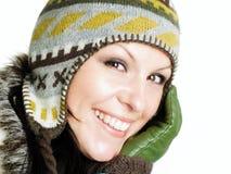 Il primo piano della donna sorridente in inverno copre fotografie stock libere da diritti