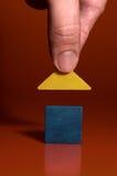 Il primo piano della a equipaggia la mano che costruisce una casa Immagine Stock Libera da Diritti