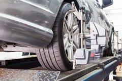 Il primo piano della gomma premuto con il aligner che subisce la ruota automatica allinea Fotografia Stock Libera da Diritti