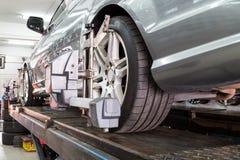 Il primo piano della gomma premuto con il aligner che subisce la ruota automatica allinea Immagine Stock Libera da Diritti